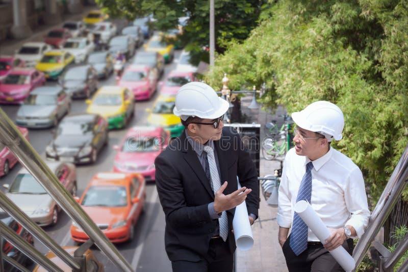 L'uomo d'affari asiatico discute con l'architetto w professionale dell'ingegnere immagine stock libera da diritti