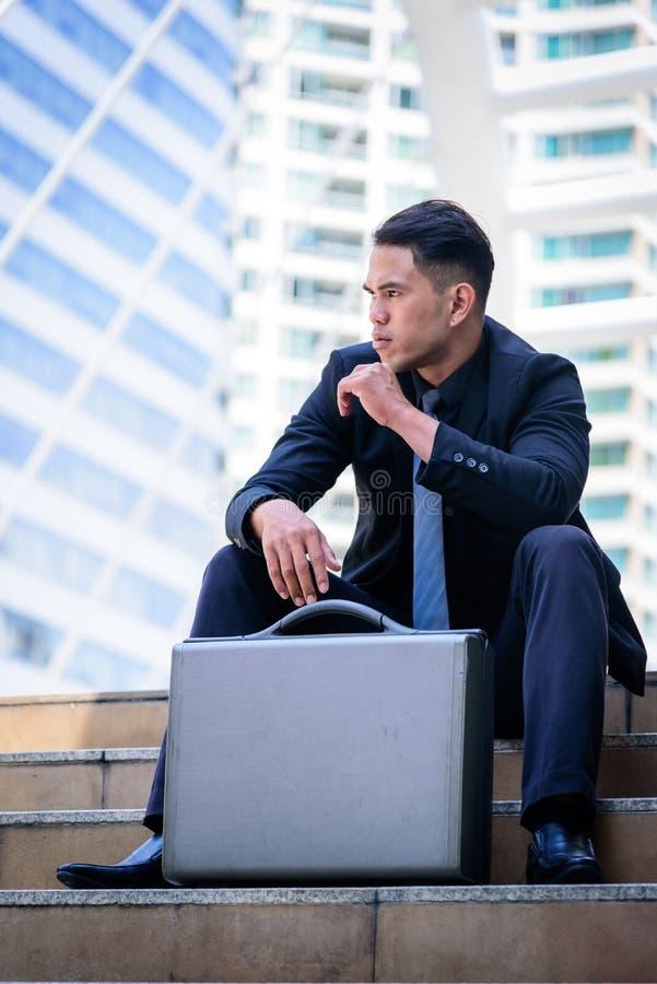 L'uomo d'affari asiatico ha il pensiero e sguardo in avanti al fu immagine stock libera da diritti