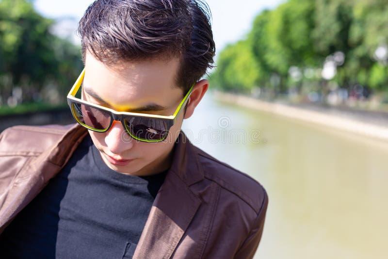L'uomo d'affari bello attraente ottiene depresso, sollecitato perché fotografia stock