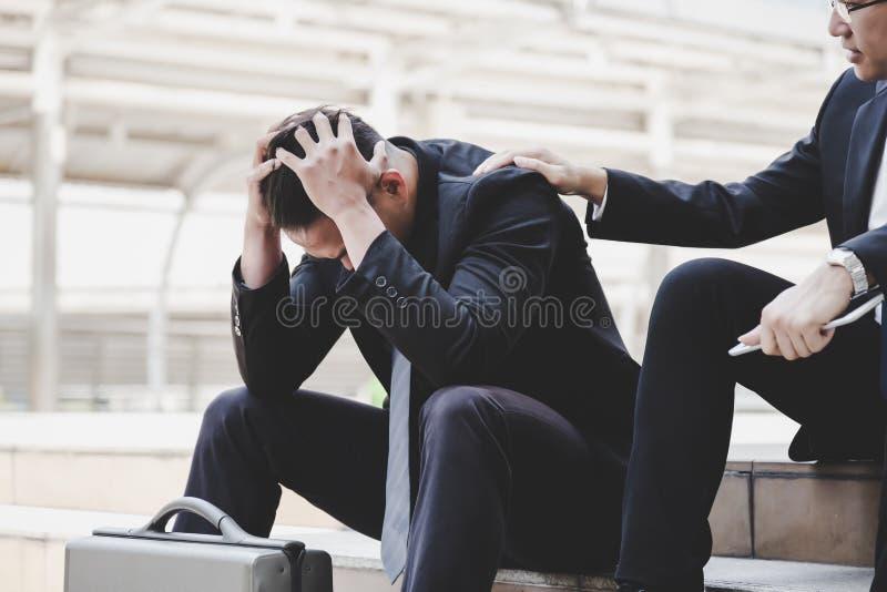 L'uomo d'affari bello ritiene triste, depresso, turbato e guasto di immagini stock libere da diritti