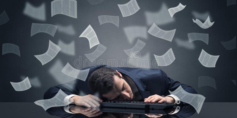 L'uomo d'affari ? caduto addormentato all'ufficio con il concetto di lavoro di ufficio fotografie stock libere da diritti