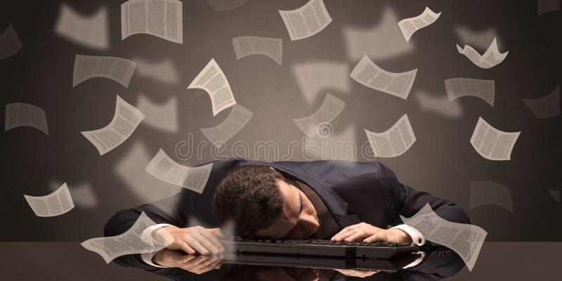 L'uomo d'affari ? caduto addormentato all'ufficio con il concetto di lavoro di ufficio fotografia stock libera da diritti