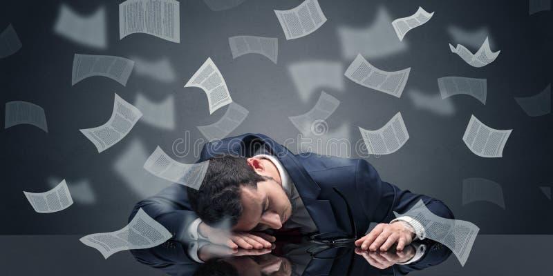 L'uomo d'affari ? caduto addormentato all'ufficio con il concetto di lavoro di ufficio fotografie stock
