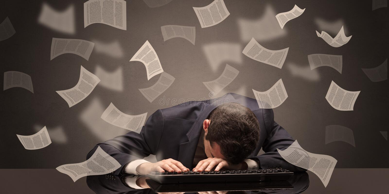 L'uomo d'affari ? caduto addormentato all'ufficio con il concetto di lavoro di ufficio immagine stock libera da diritti