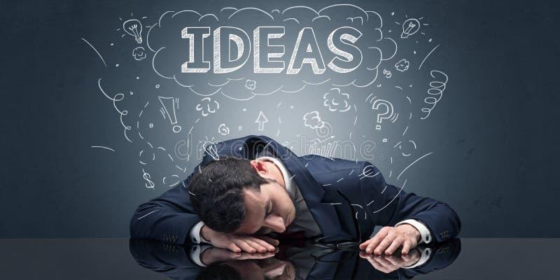 L'uomo d'affari ? caduto addormentato nel suo luogo di lavoro con le idee, il sonno ed il concetto stanco fotografia stock libera da diritti