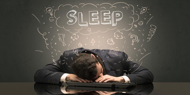 L'uomo d'affari ? caduto addormentato nel suo luogo di lavoro con le idee, il sonno ed il concetto stanco fotografia stock