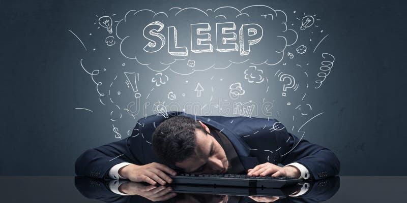 L'uomo d'affari ? caduto addormentato nel suo luogo di lavoro con le idee, il sonno ed il concetto stanco immagine stock