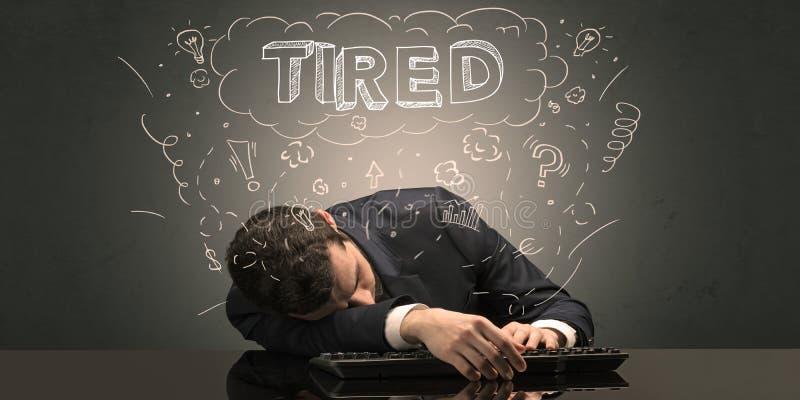 L'uomo d'affari ? caduto addormentato nel suo luogo di lavoro con le idee, il sonno ed il concetto stanco fotografie stock libere da diritti