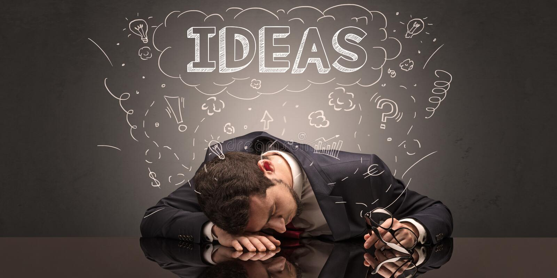 L'uomo d'affari ? caduto addormentato nel suo luogo di lavoro con le idee, il sonno ed il concetto stanco immagine stock libera da diritti