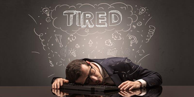 L'uomo d'affari ? caduto addormentato nel suo luogo di lavoro con le idee, il sonno ed il concetto stanco immagini stock