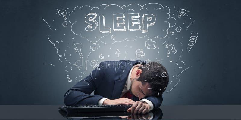 L'uomo d'affari ? caduto addormentato nel suo luogo di lavoro con le idee, il sonno ed il concetto stanco immagini stock libere da diritti