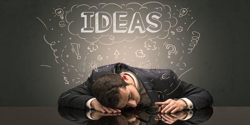 L'uomo d'affari ? caduto addormentato nel suo luogo di lavoro con le idee, il sonno ed il concetto stanco fotografie stock