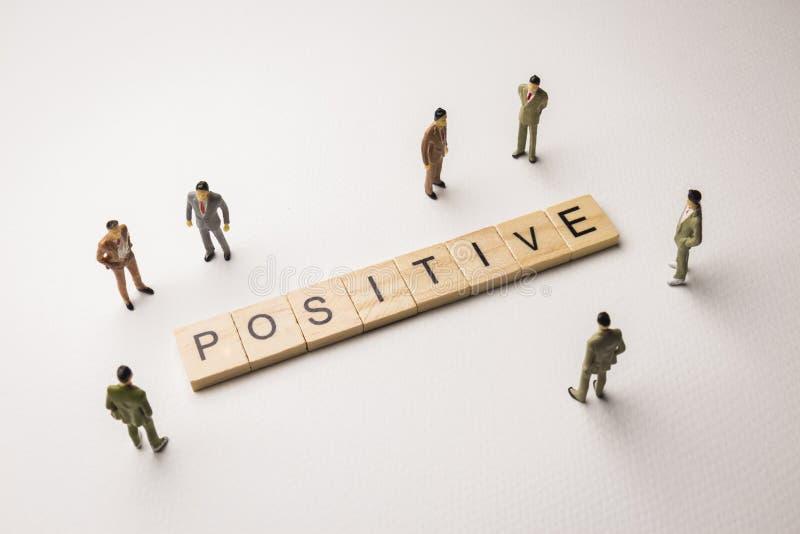 L'uomo d'affari calcola la riunione su concettuale positivo immagine stock