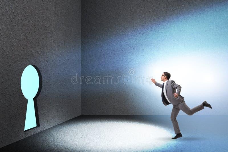 L'uomo d'affari che cammina verso il buco della serratura nel concetto di sfida immagine stock
