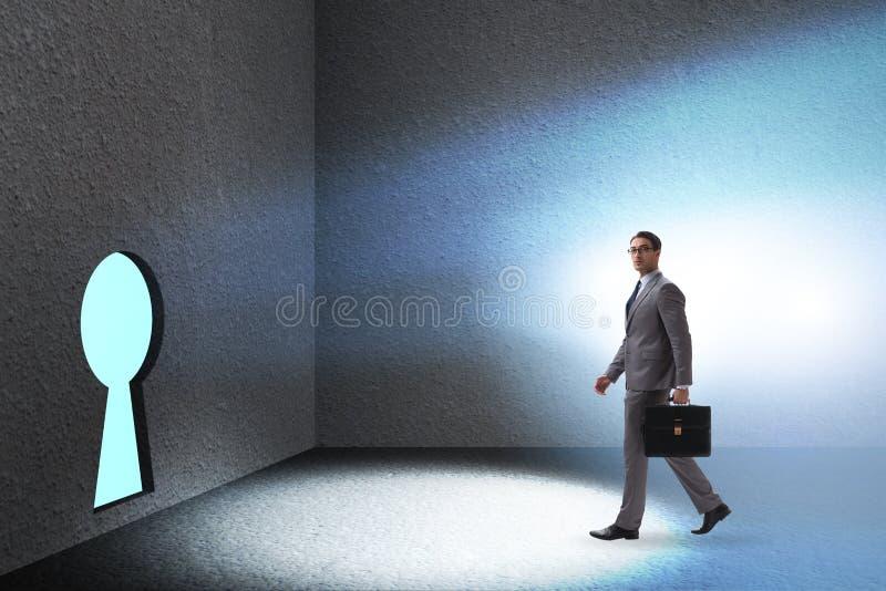 L'uomo d'affari che cammina verso il buco della serratura nel concetto di sfida immagini stock libere da diritti