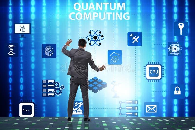 L'uomo d'affari che preme bottone virtuale nel concetto di computazione di quantum fotografia stock