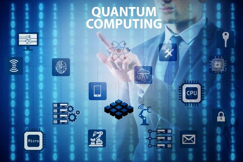 L'uomo d'affari che preme bottone virtuale nel concetto di computazione di quantum immagine stock