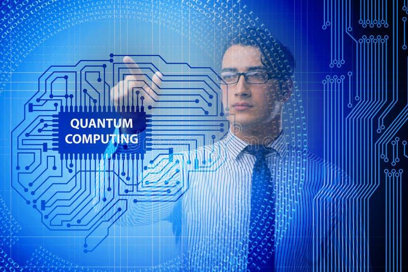 L'uomo d'affari che preme bottone virtuale nel concetto di computazione di quantum immagine stock libera da diritti