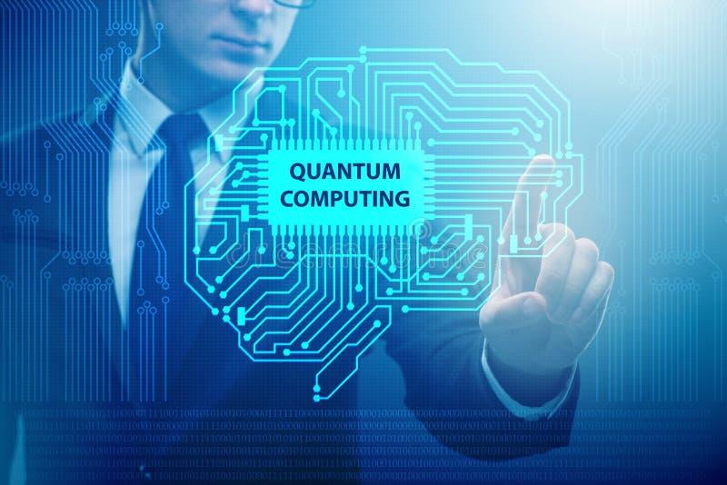 L'uomo d'affari che preme bottone virtuale nel concetto di computazione di quantum fotografia stock libera da diritti