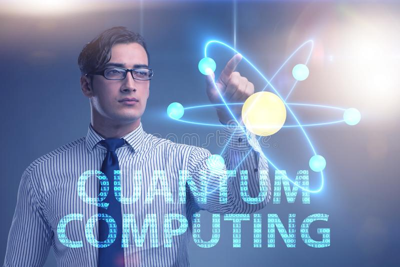 L'uomo d'affari che preme bottone virtuale nel concetto di computazione di quantum fotografie stock libere da diritti