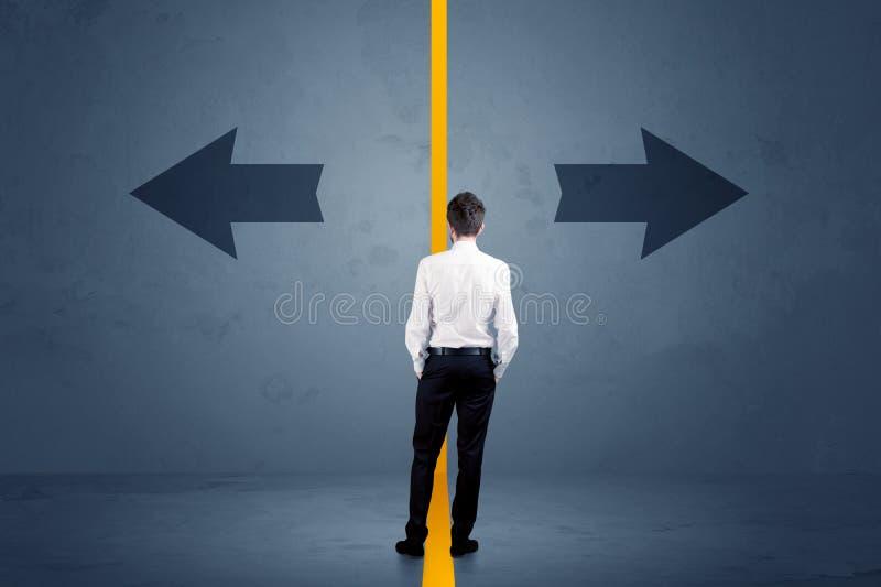 L'uomo d'affari che sceglie fra due opzioni ha separato da un urlo immagini stock libere da diritti
