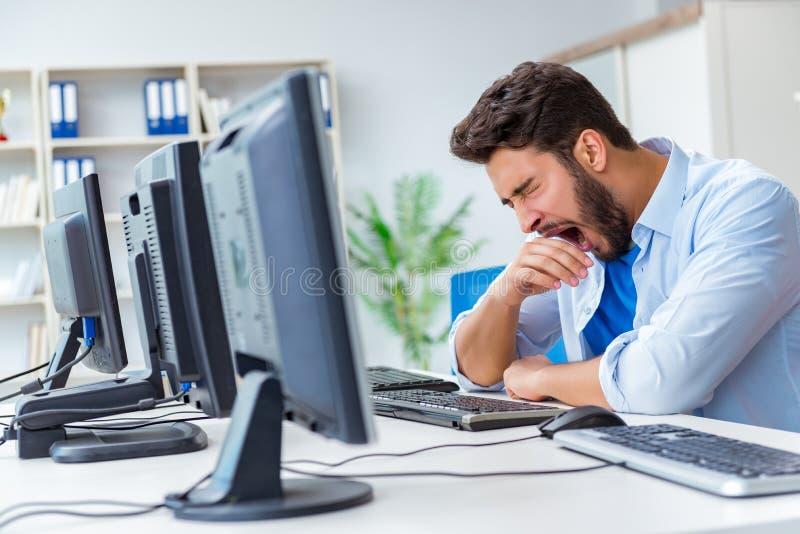 Download L'uomo D'affari Che Si Siede Davanti A Molti Schermi Fotografia Stock - Immagine di overtime, occupato: 117977210