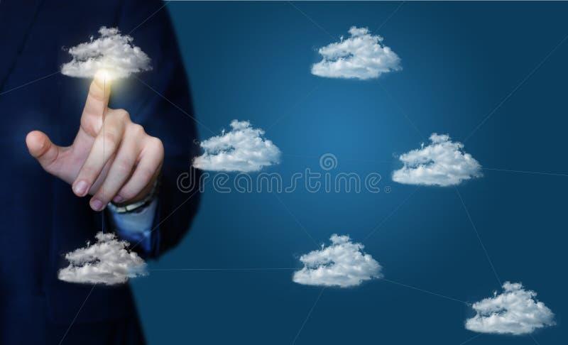 L'uomo d'affari clicca sopra una rete della nuvola di dati immagini stock libere da diritti