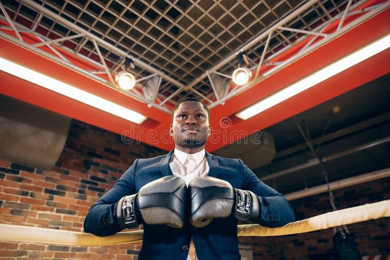 L'uomo d'affari con i guantoni da pugile aspetta la battaglia corporativa fotografie stock libere da diritti