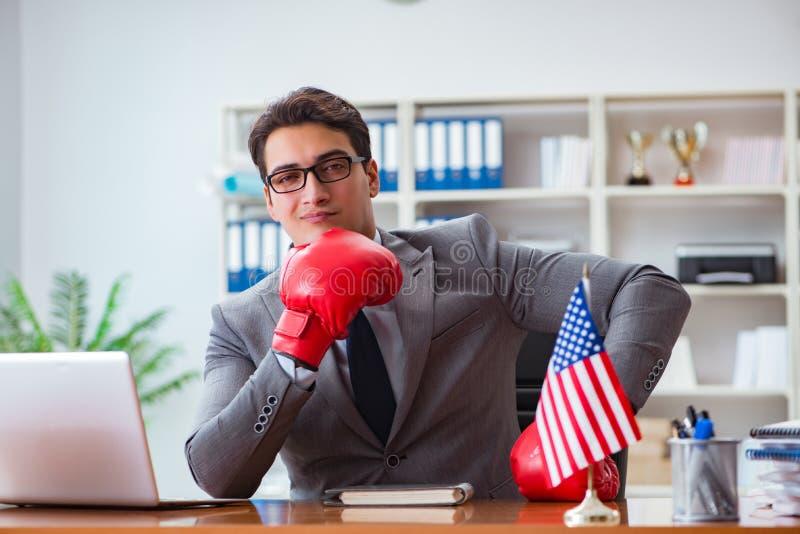 L'uomo d'affari con la bandiera americana in ufficio fotografia stock
