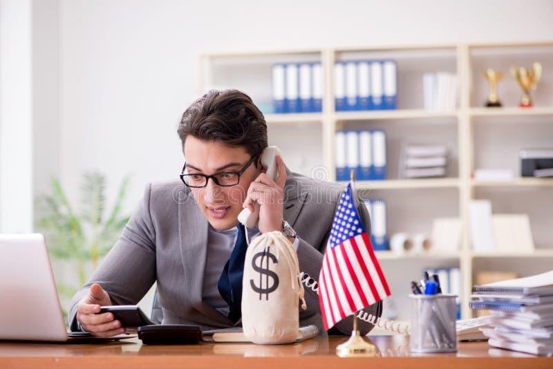 L'uomo d'affari con la bandiera americana in ufficio immagine stock libera da diritti