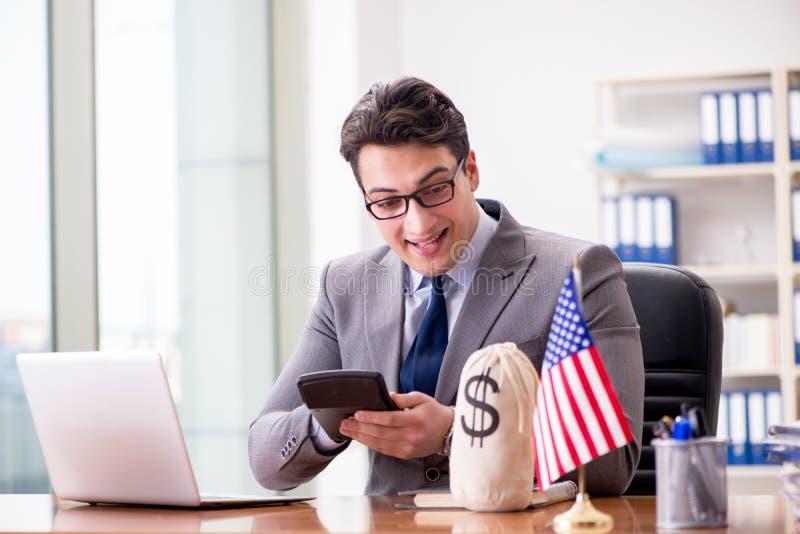 L'uomo d'affari con la bandiera americana in ufficio immagini stock