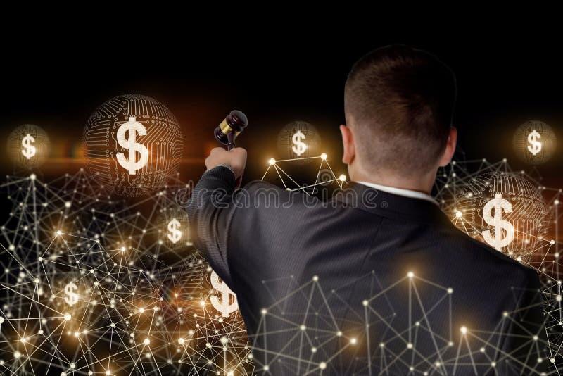 L'uomo d'affari conduce l'asta in una rete illustrazione di stock