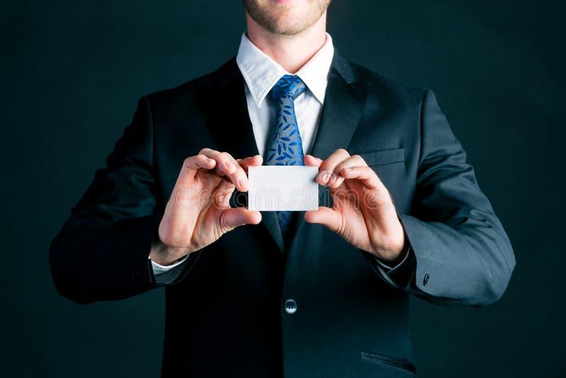 L'uomo d'affari consegna il biglietto da visita fotografia stock
