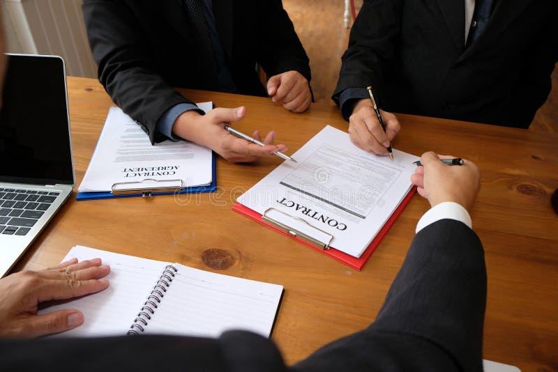 l'uomo d'affari consulta l'avvocato & firma l'accordo di contratto meeti del gruppo immagini stock