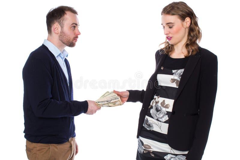 L'uomo d'affari dà i contanti della donna di affari immagini stock libere da diritti