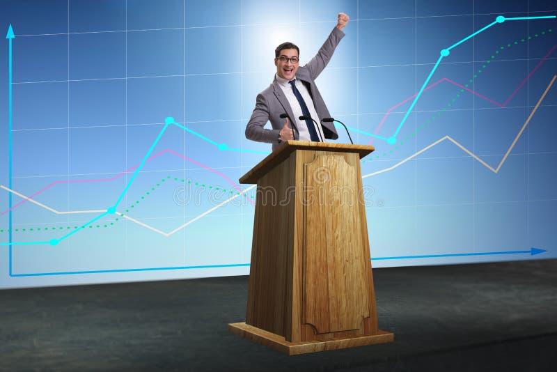 L'uomo d'affari dell'uomo che fa discorso al rostro nel concetto di affari immagini stock libere da diritti