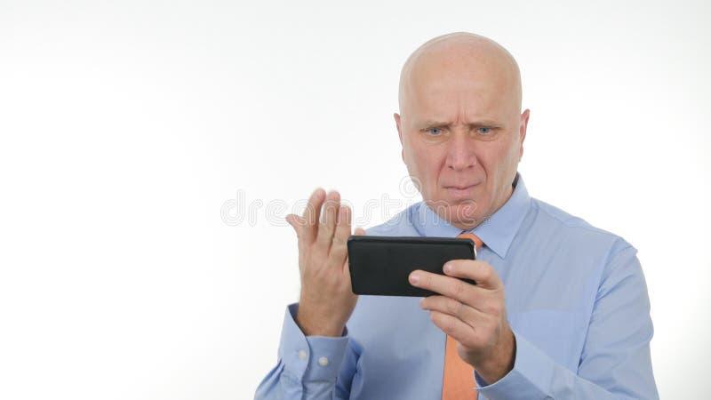 L'uomo d'affari deludente Read Bad News su riduce in pani e fa i gesti di mano nervosi fotografie stock