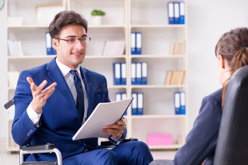 Download L'uomo D'affari Disabile Che Ha Discussione Con Il Collega Femminile Fotografia Stock - Immagine di direzione, documento: 117977828