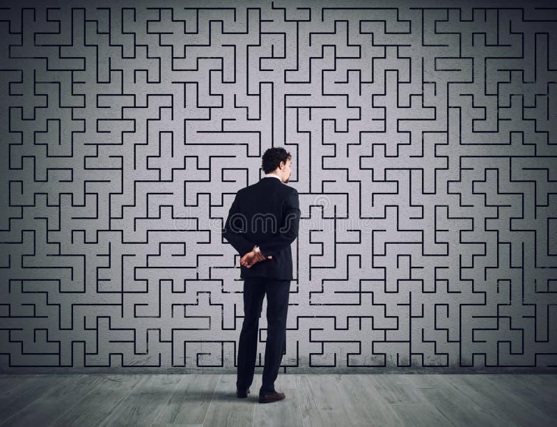 L'uomo d'affari disegna la soluzione di labirinto Concetto di soluzione dei problemi fotografia stock
