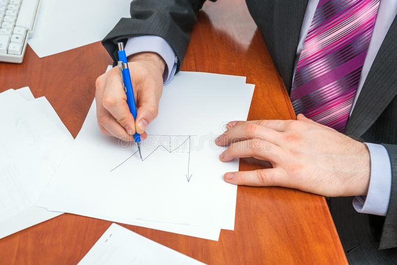 L'uomo d'affari firma i documenti fotografia stock libera da diritti