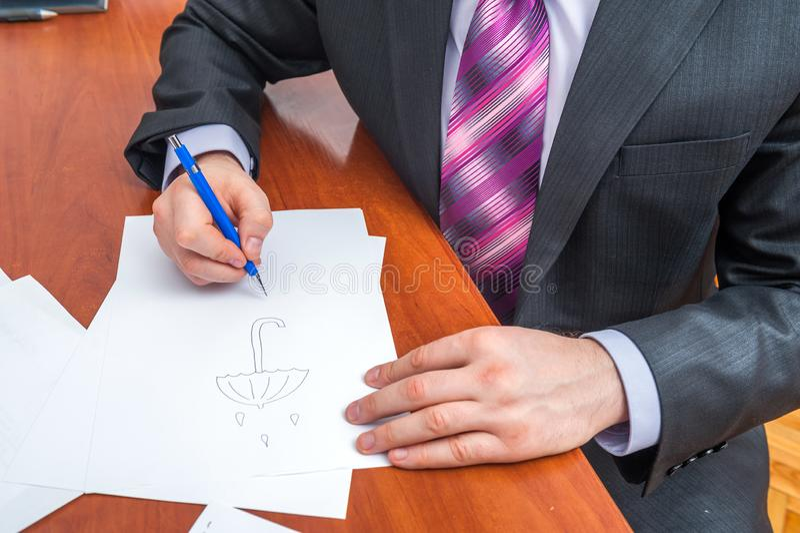 L'uomo d'affari firma i documenti immagini stock libere da diritti