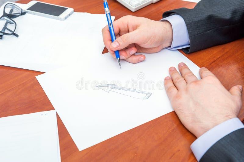 L'uomo d'affari firma i documenti fotografie stock