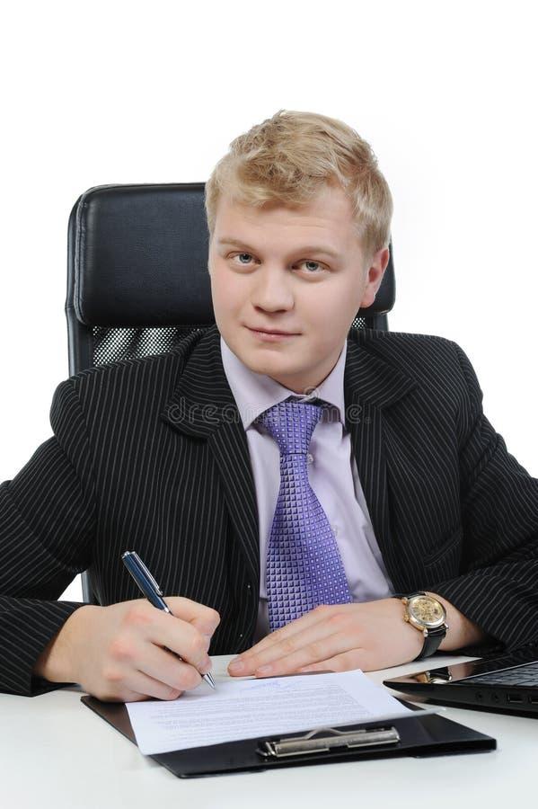 L'uomo d'affari firma un contratto immagini stock