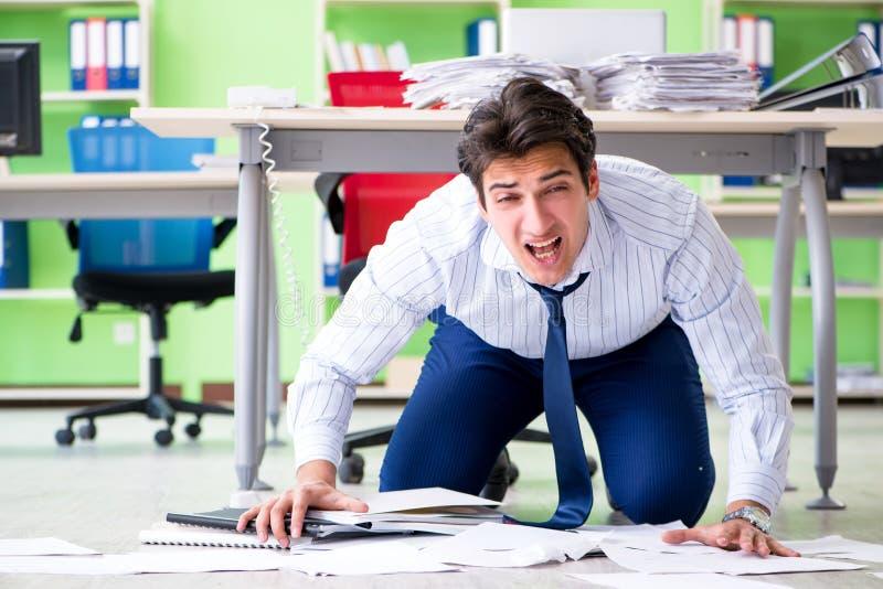 L'uomo d'affari frustrato sollecitato da eccessivo lavoro immagini stock