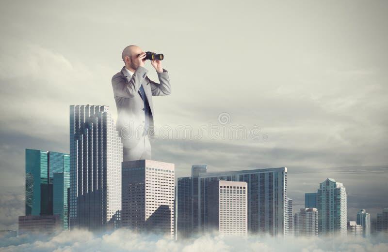 L'uomo d'affari guarda lontano per il nuovo affare Concetto di nuove opportunità fotografia stock libera da diritti