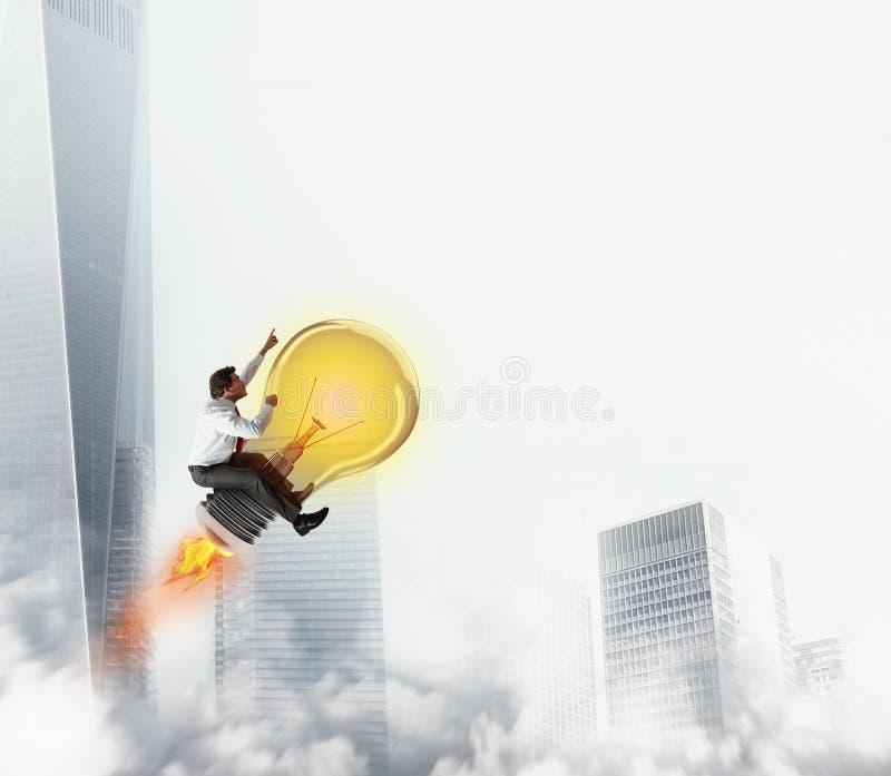 L'uomo d'affari guida una luce di lampadina al cielo rappresentazione 3d immagini stock libere da diritti