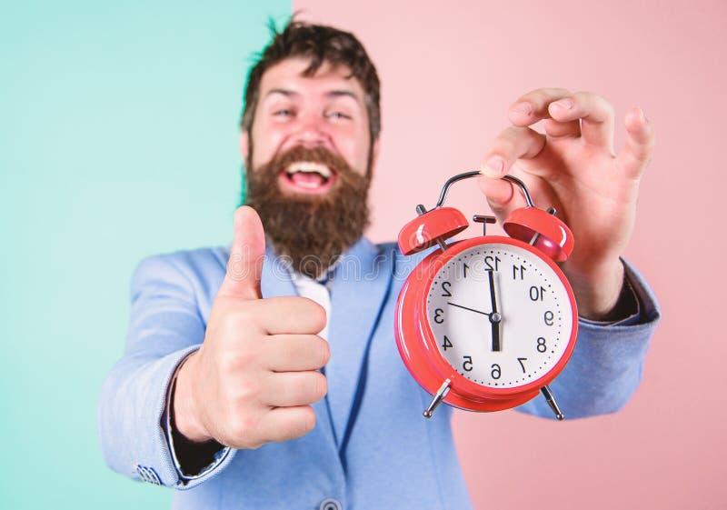 L'uomo d'affari ha finito in tempo Abilit? manageriali di tempo Migliore ora Appena in tempo Allegro felice barbuto dell'uomo fotografie stock