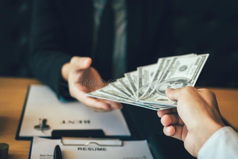 L'uomo d'affari ha passato ai soldi i concetti commerciali del bene immobile e della nuova casa immagine stock libera da diritti