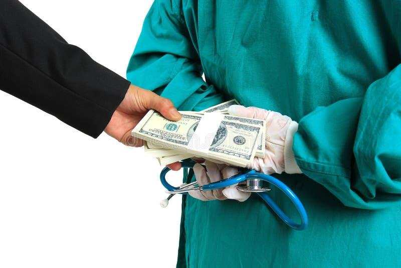 L'uomo d'affari ha passato segreto i soldi a medico femminile, alla corruzione ed al concetto del dono nella medicina e nella san fotografie stock