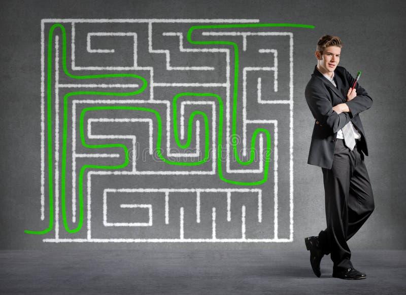 L'uomo d'affari ha risolto un labirinto fotografia stock libera da diritti